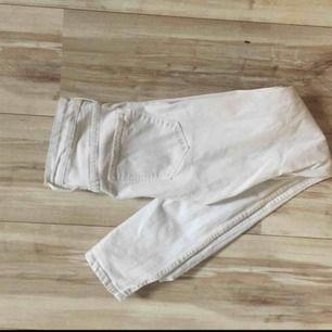 Vita jeans ifrån h&m. Inte så använda men har dock en svart liten fläck på ena byxfickan som jag försökte visa på andra bilden :) Hör av er om ni har några frågor! 😊 💕🦋Köparen står för frakt 🦋💕