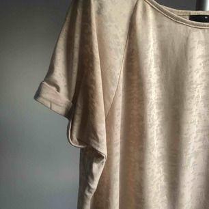 Stilren beige enkel t-shirt 🧡 passar till allt ✨✨