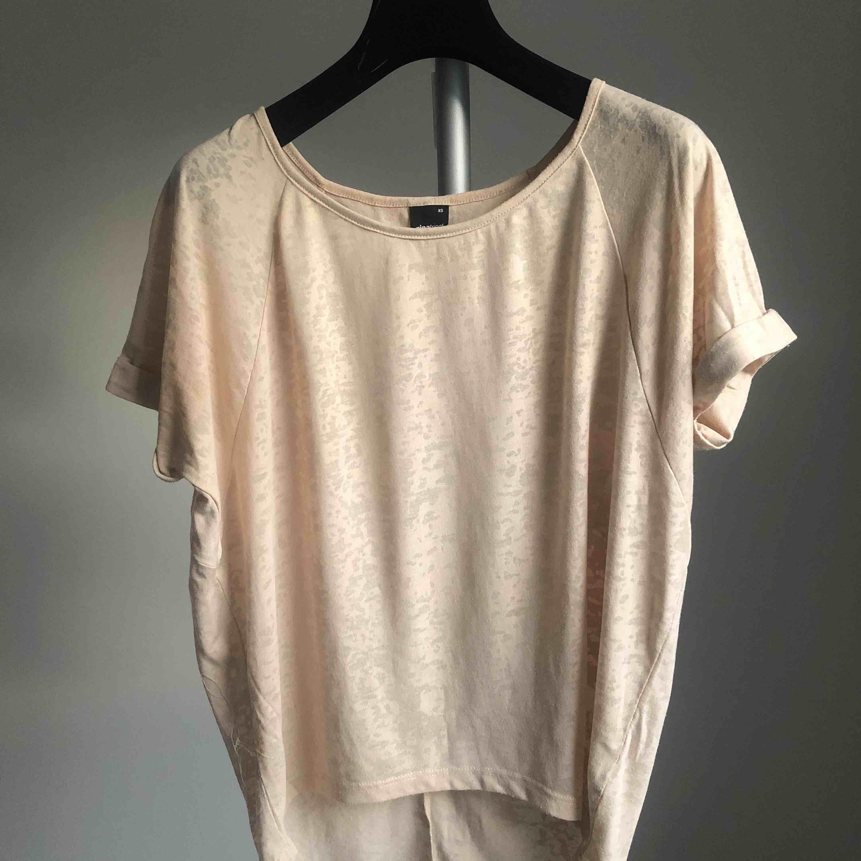 Stilren beige enkel t-shirt 🧡 passar till allt ✨✨. T-shirts.