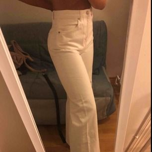 Vita vida jeans. Aldrig använda pga för stora. Ca 600kr ordinarie pris.