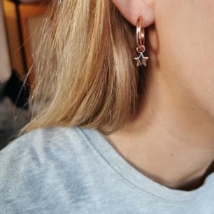 Rosefärgade öronhängen, aldrig använda förutom på bilden, frakt ingår i priset 🌺