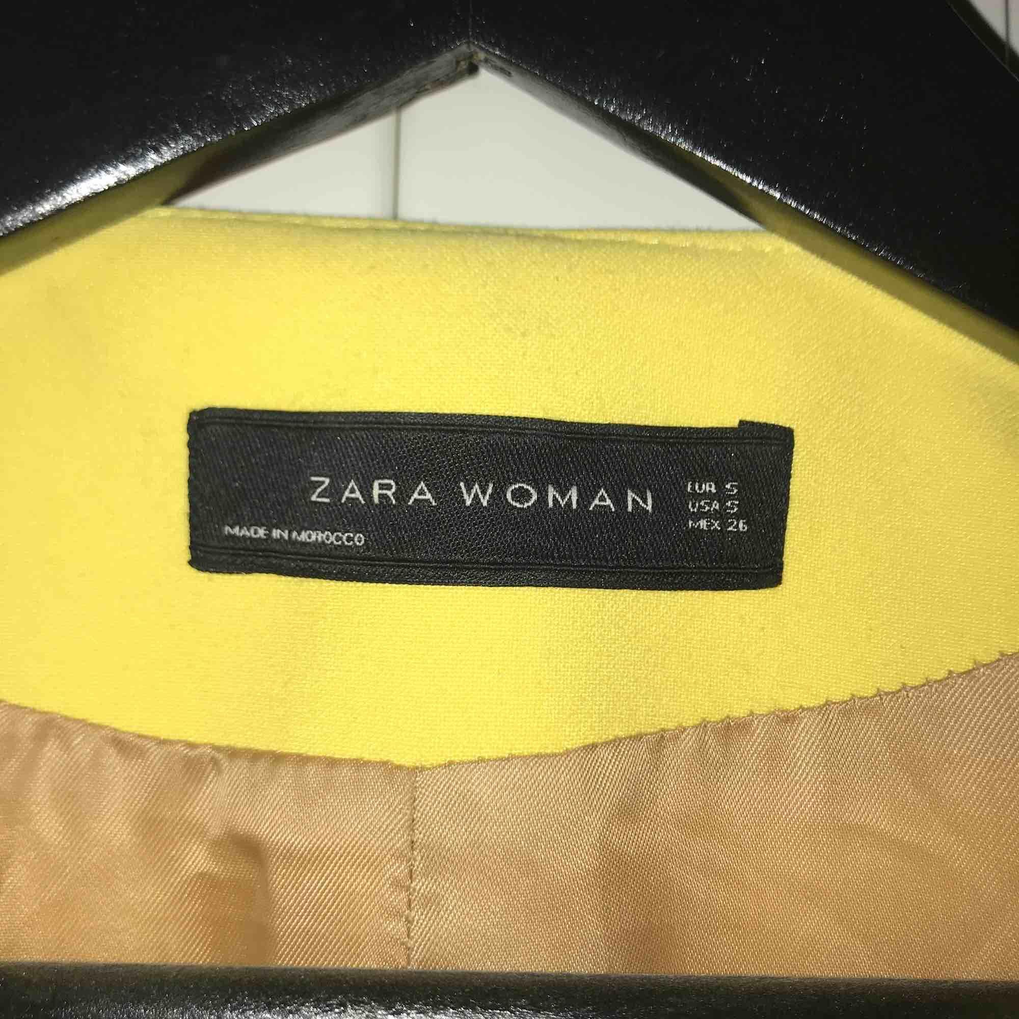 Gul kappa från Zara, supersnygg i modellen och pimpar upp vilken outfit som helst! Stl. S. Jackor.