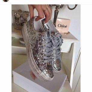 Silver sneakers med platå från Tiamo