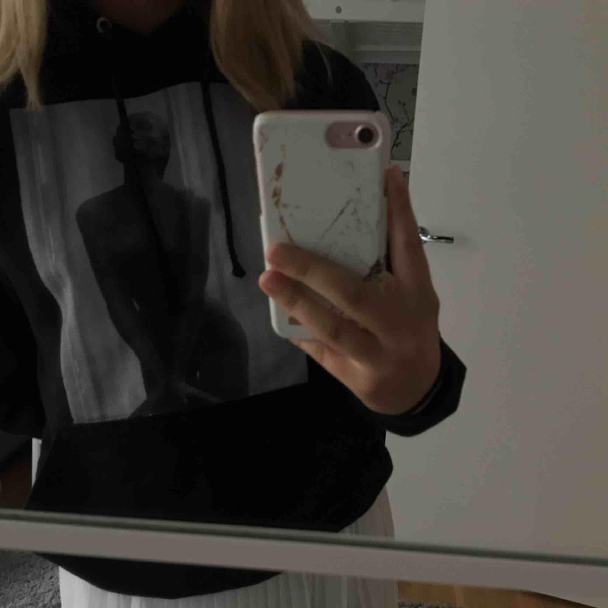 En jättefin och superskön hoodie från thecoolelephant! Använd 1 gång och är därför som ny! Om flera är intresserade blir det den som lägger högst bud som får den. Nypris: 600kr. Huvtröjor & Träningströjor.