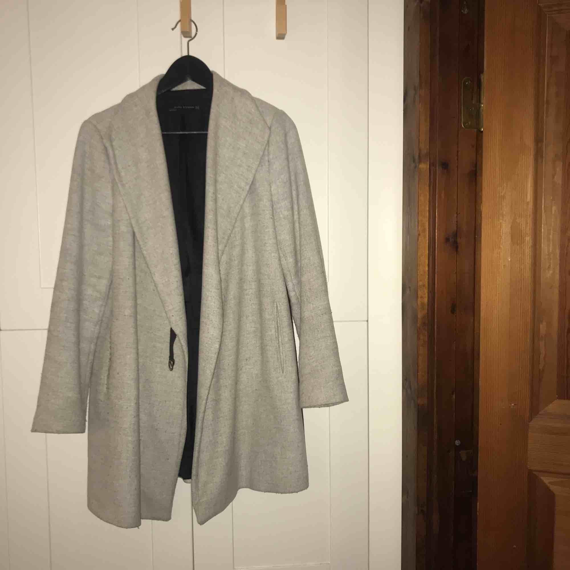 Grå kappa i stl. M från Zara, håller värmen bra så passar ypperligt nu till hösten/vintern! . Jackor.