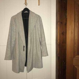 Grå kappa i stl. M från Zara, håller värmen bra så passar ypperligt nu till hösten/vintern!