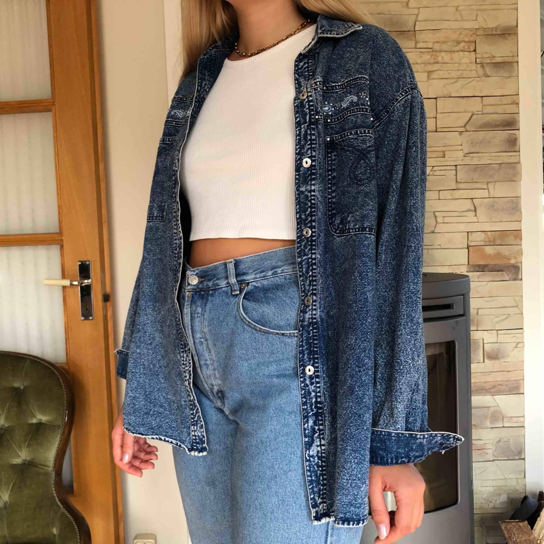 Jacka/skjorta i jeans med brodyr på brösten💜  Hör av er vid frågor eller liknande! Frakt tillkommer💕. Toppar.