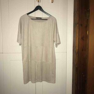 Beige mockaimitationsklänning från Zara, säljer pga. kommit för lite till användning. Superbra i skicket! Stl. M