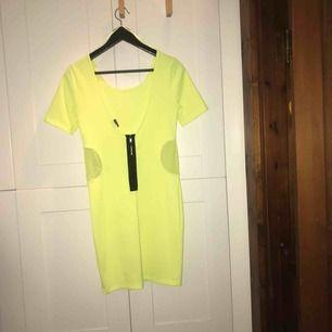 Neongul partyklänning här! Nätdetaljer i midjan och svart dragkedja i bak, stl. M från Gina Tricot