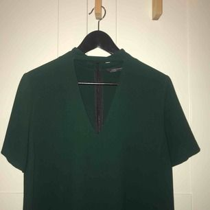 Mörkgrön klänning med v-ringning från Zara i stl. S, säljer den även i svart!