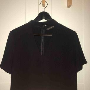 Svart v-ringad klänning från Zara i stl. M, säljer den även i mörkgrön!