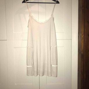 Beige klänning från Zara med fickdetaljer (se bild) i stl. M