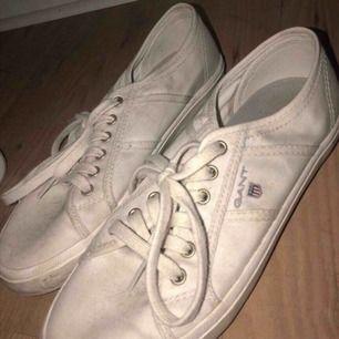 Ett par vita gant skor I bra sick Pris kan diskuteras