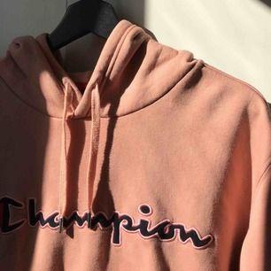 Beige/rosa champion hoodie, storlek M. Nästan oanvänd. Skick 4,5/5. Nypris 500. Kan mötas upp i Sthlm annars ingår inte frakt.