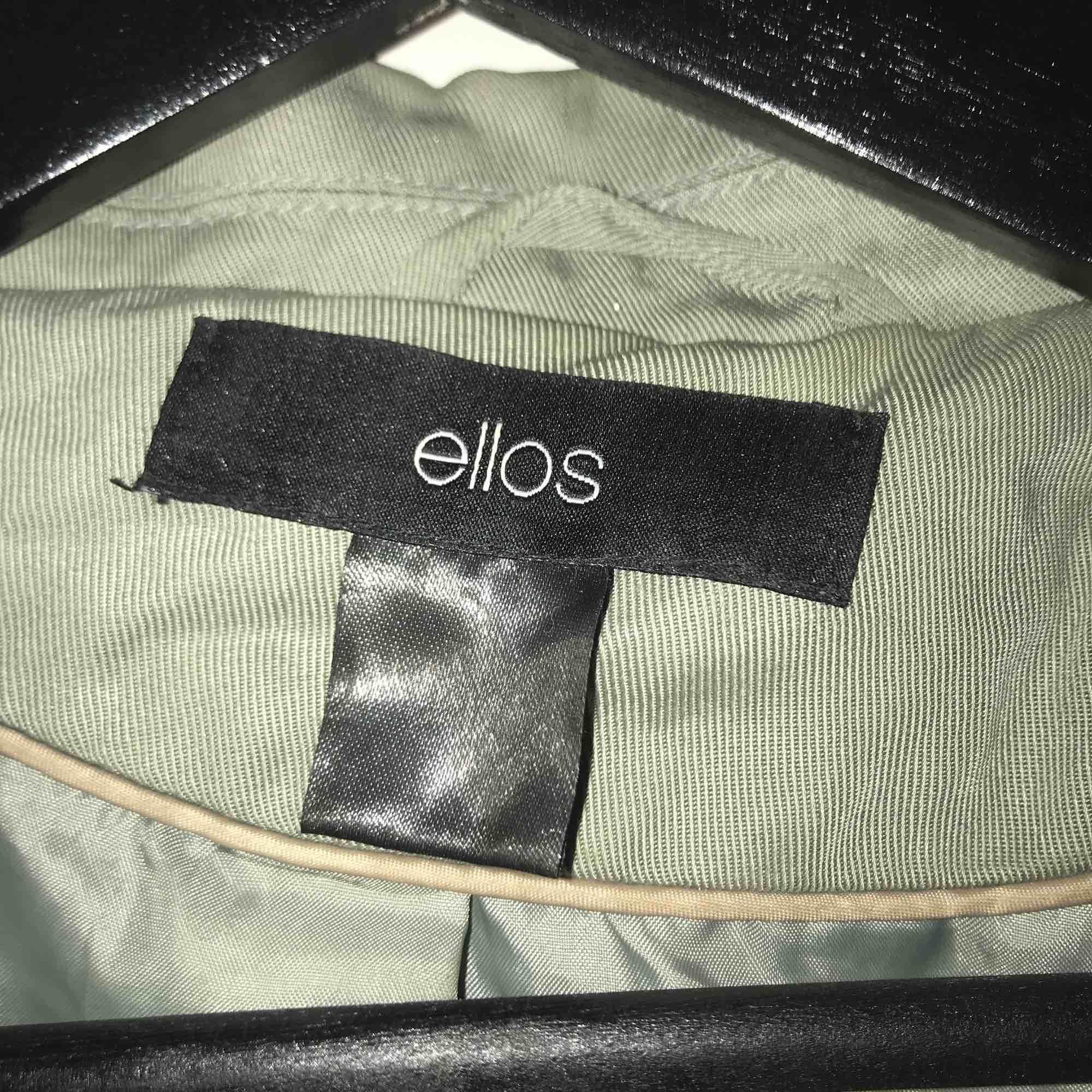 Grön kappa från Ellos i stl. S, tyvärr lite skrynklig just nu men annars bra skick!. Jackor.