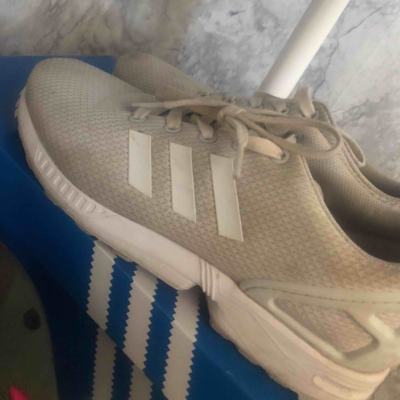 Adidas flux skor vita Lite smutsiga men en tvätt så e dom bra:) använda knappt ett halvår. Skor.