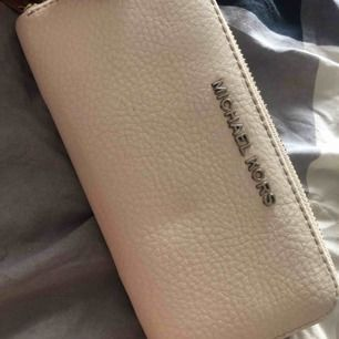 En fin michael kors plånbok