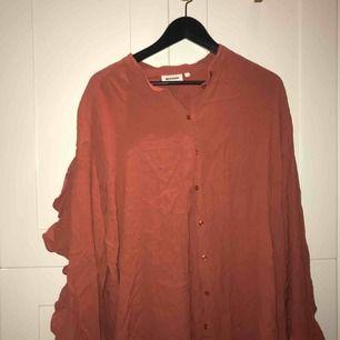 Roströd klänning med halvöppna ärmar (se bild nr. 2) i stl. L från Weekday, supersnygg och använd endast en gång!!