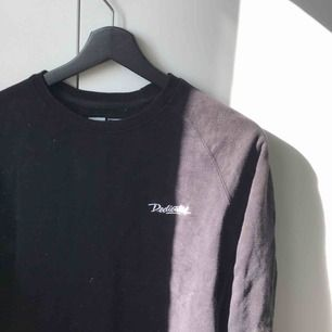 Svart Dedicated sweatshirt, storlek XS. Inte använt på länge och tröjan e ganska liten, passar bäst på mindre personer. Skick 3,5/5. Nypris 600