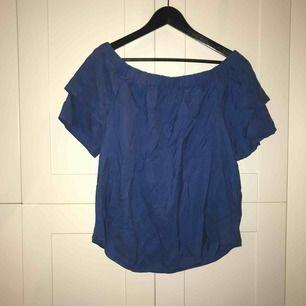 Blå t-shirt från H&M i stl. 44 (passar dock även mig som normalt har 38) med öppna axlar