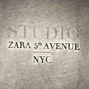 Snyggt sliten t-shirt från Zara i stl. M med tryck på