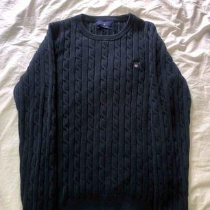 Gant, marinblå kabelstickad. Använd fåtal gånger och är i mycket bra skick. Funkar för både S och M.  Möts upp i Sthlm eller fraktar. Skriv för mer information om tröjan.