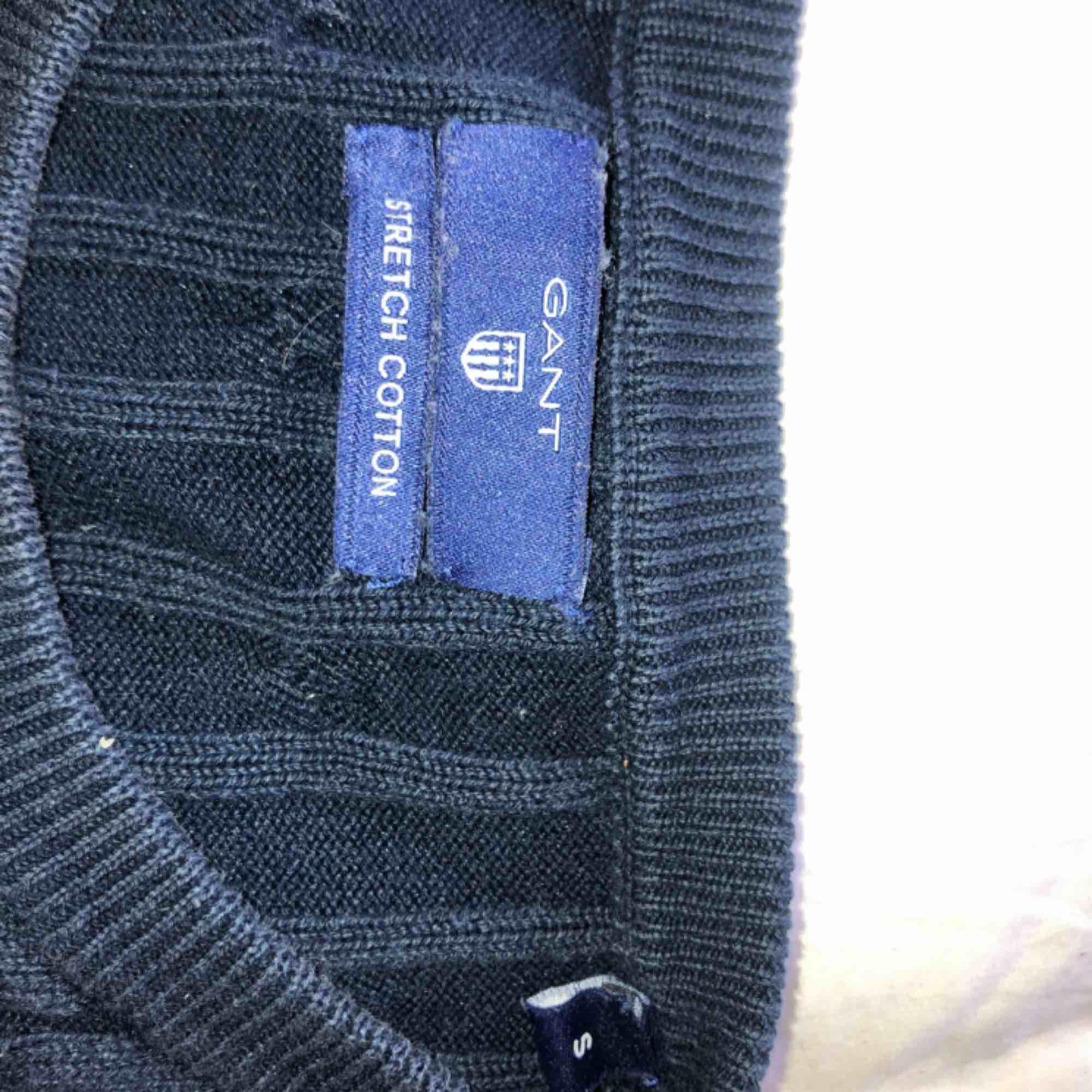 Gant, marinblå kabelstickad. Använd fåtal gånger och är i mycket bra skick. Funkar för både S och M.  Möts upp i Sthlm eller fraktar. Skriv för mer information om tröjan.. Stickat.