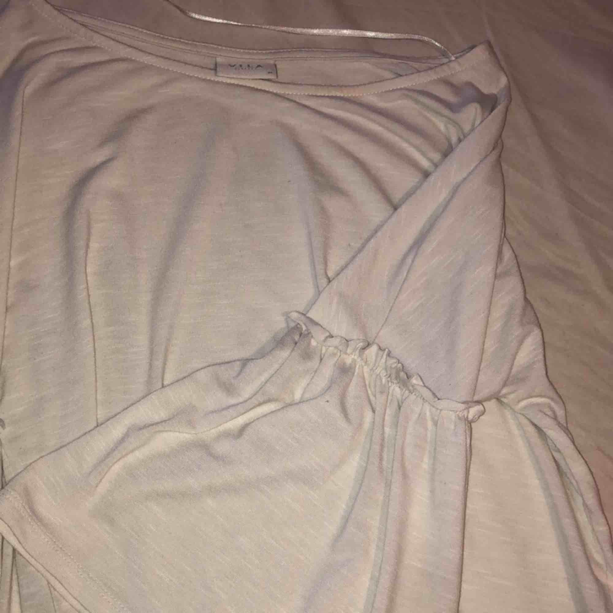 Fin tröja med 3/4 ärm. Skulle nog säga att den passar alltifrån en XS till en liten M. Använd en gång. Köpare står för eventuell frakt :). Toppar.