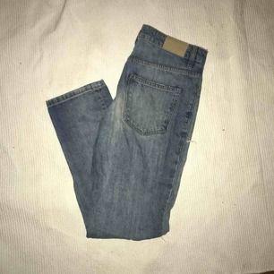 Snygga jeans med slitningar i knäna och i ena bakfickan, från Monki i stl. S.