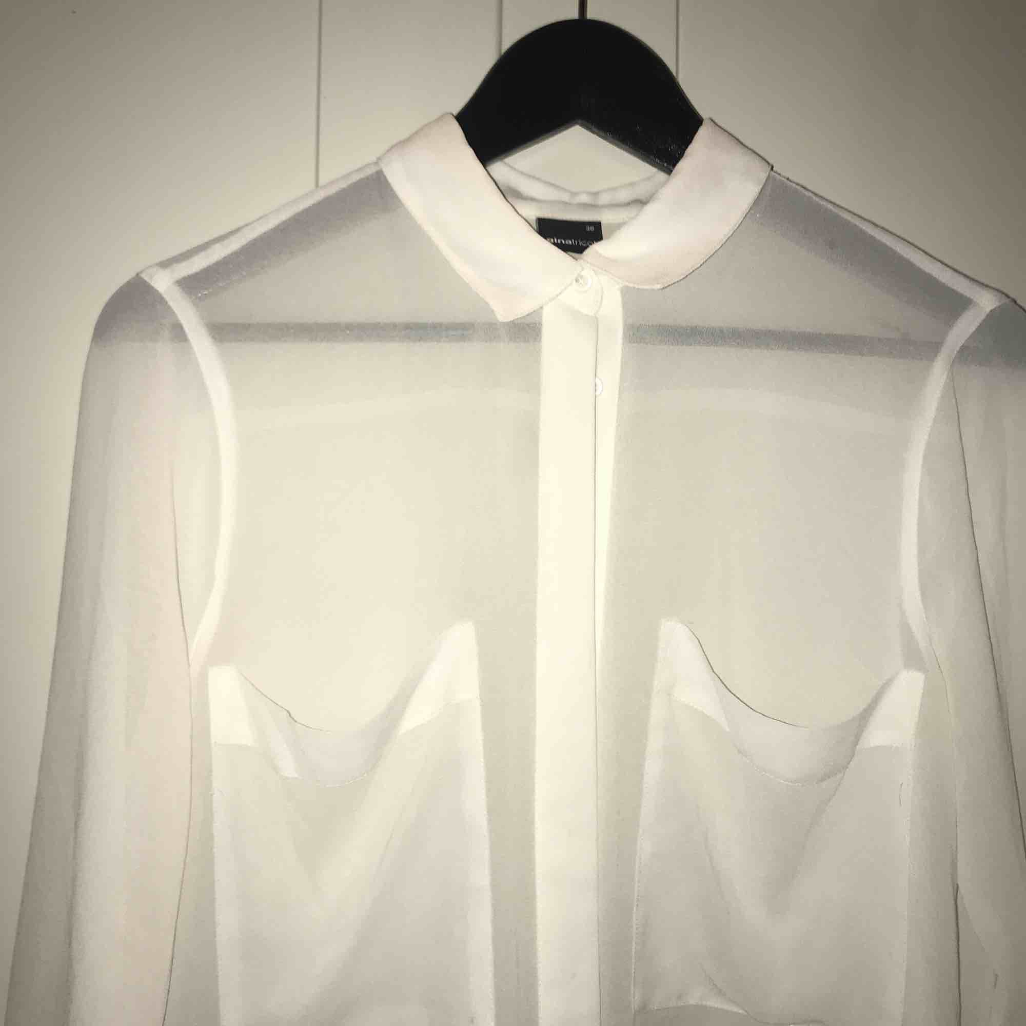 Vit transparent skjorta i stl. 36 från Gina Tricot . Skjortor.