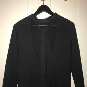 Svart klänning med djup rygg och snygg knytdetalj, stl. M från Zara. Nypris 899kr, sparsamt använd!
