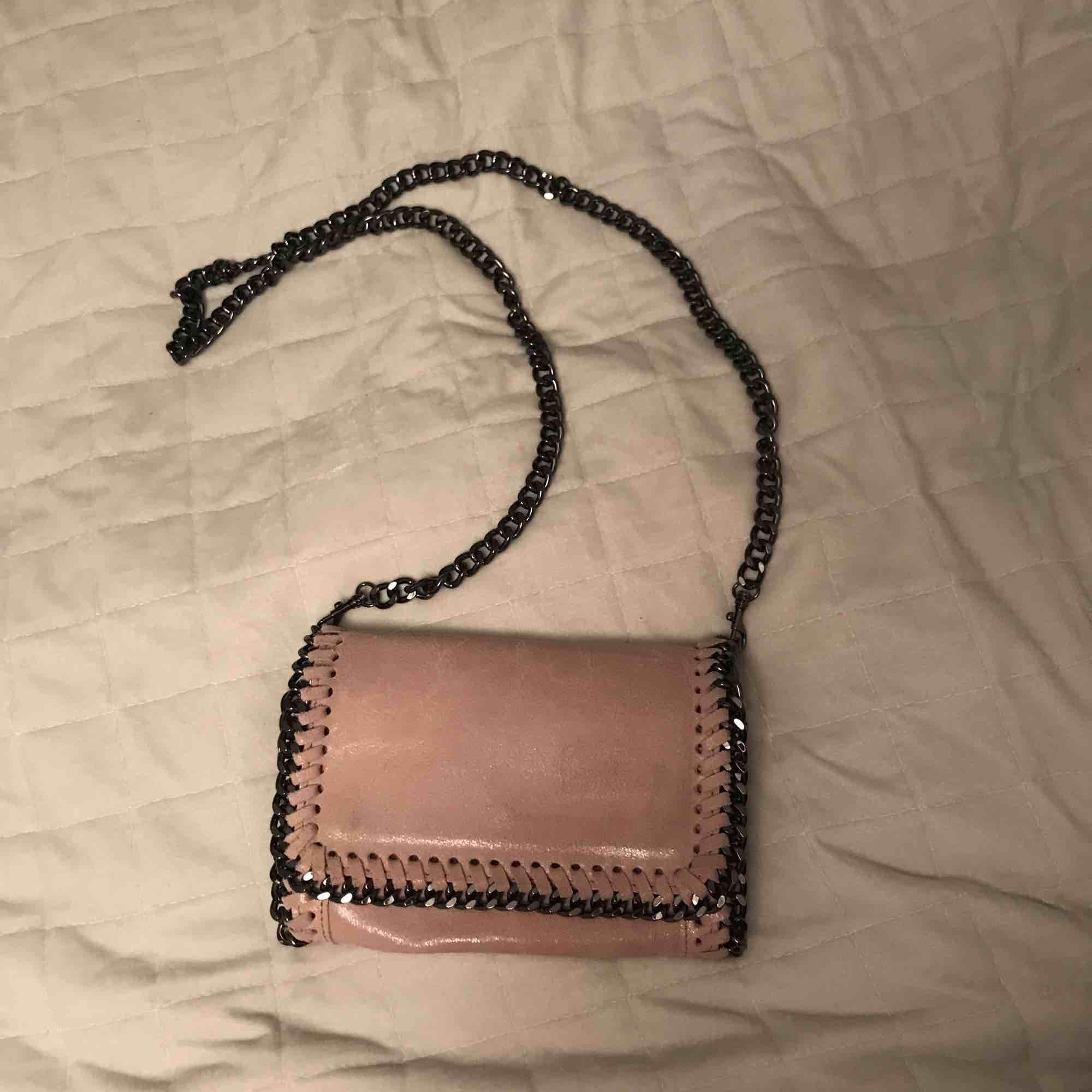 Säljer en super fin ljusrosa väska. Bra skick. . Väskor.