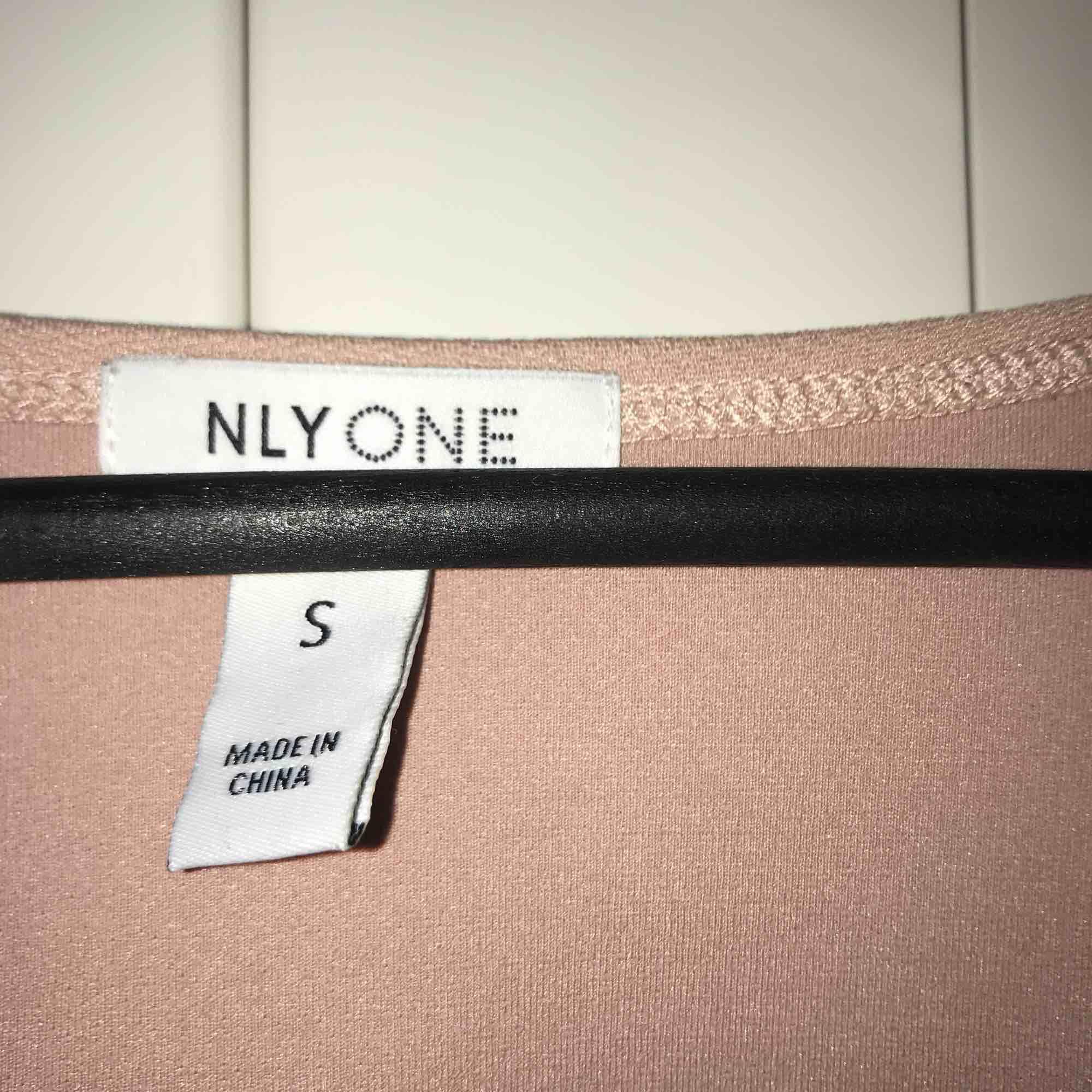 Beige set från NLY ONE i stl. S, 150kr/del eller 200kr för hela setet!. Klänningar.