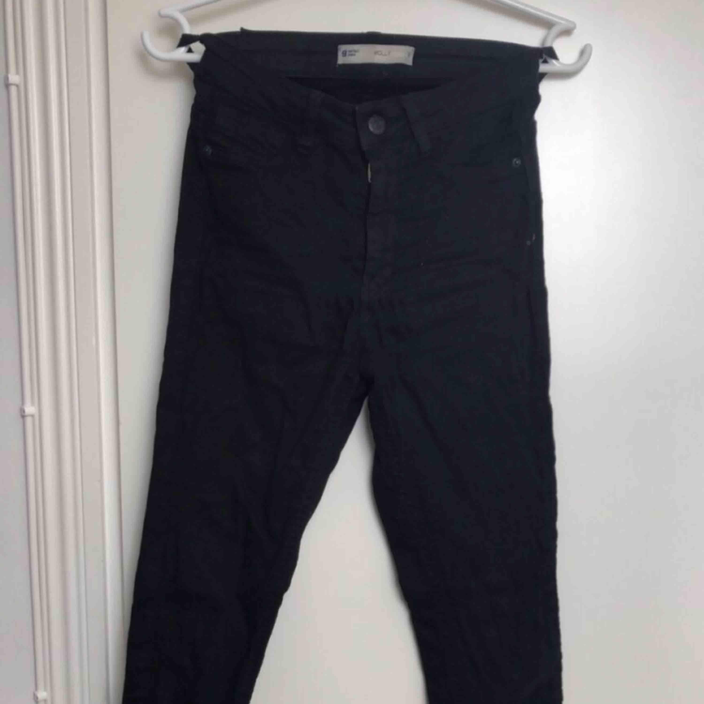 Svarta tajta jeans med snörning längst ner på benet! Fint skick.. Jeans & Byxor.