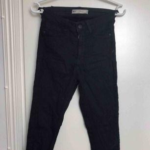 Svarta tajta jeans med snörning längst ner på benet! Fint skick.