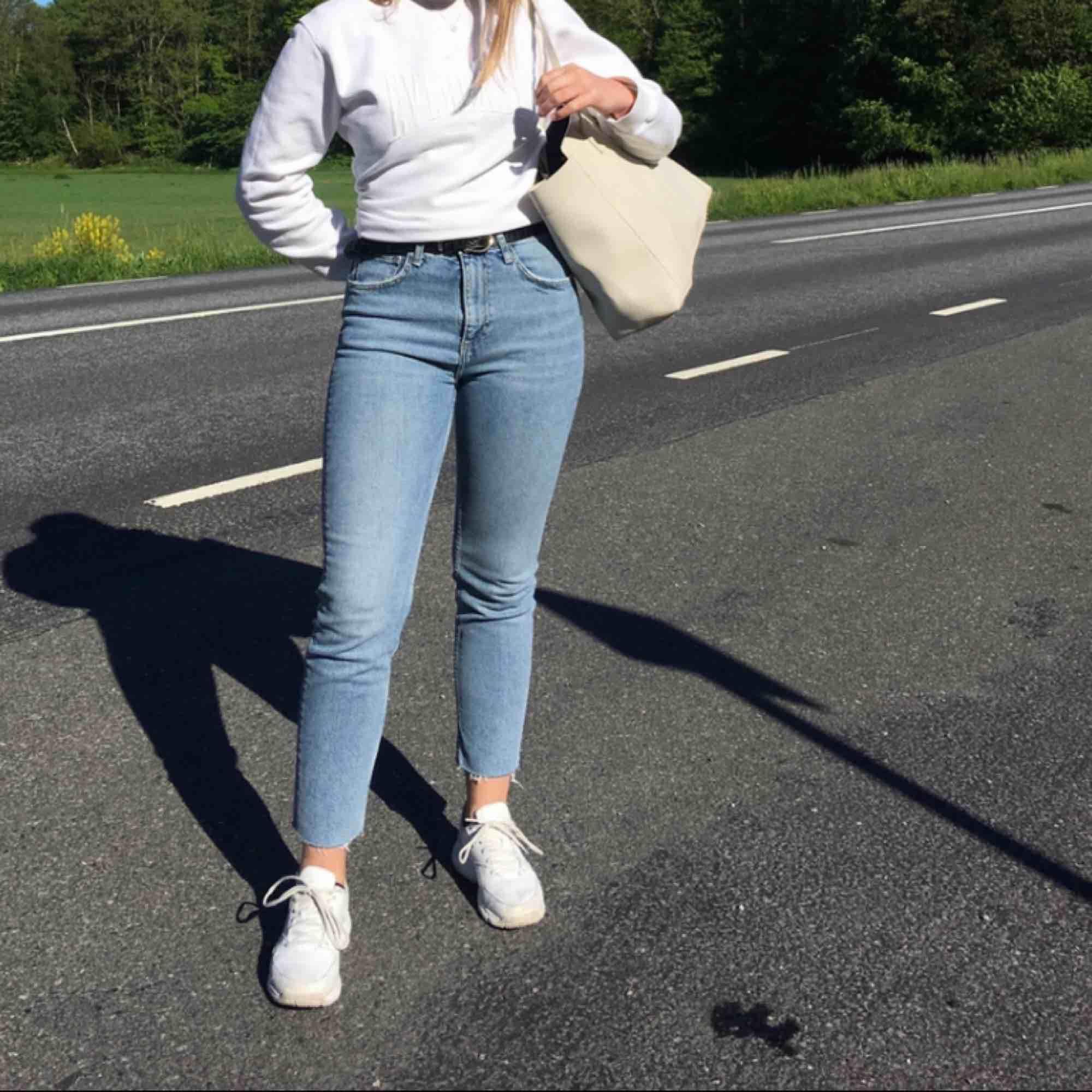 Jättefina jeans från Zara. Säljer då de tyvärr blivit för stora för mig. En av hällorna är trasiga💙. Jeans & Byxor.