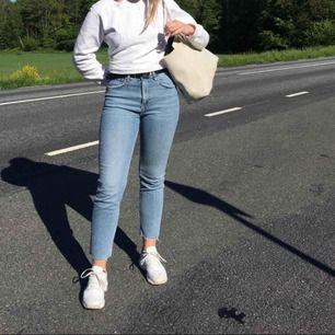 Jättefina jeans från Zara. Säljer då de tyvärr blivit för stora för mig. En av hällorna är trasiga💙