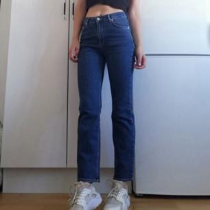 Asnajs lite croppade kickflare jeans från Wesc. Stl 27/32 så lite stora på mig. Hög midja. Frakt 63 kr.
