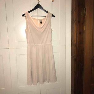 Ljusrosa klänning från H&M i stl. 40 i mycket gott skick!