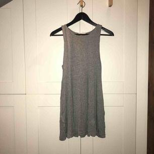 Grå kort klänning från H&M i stl. S i mycket bra skick