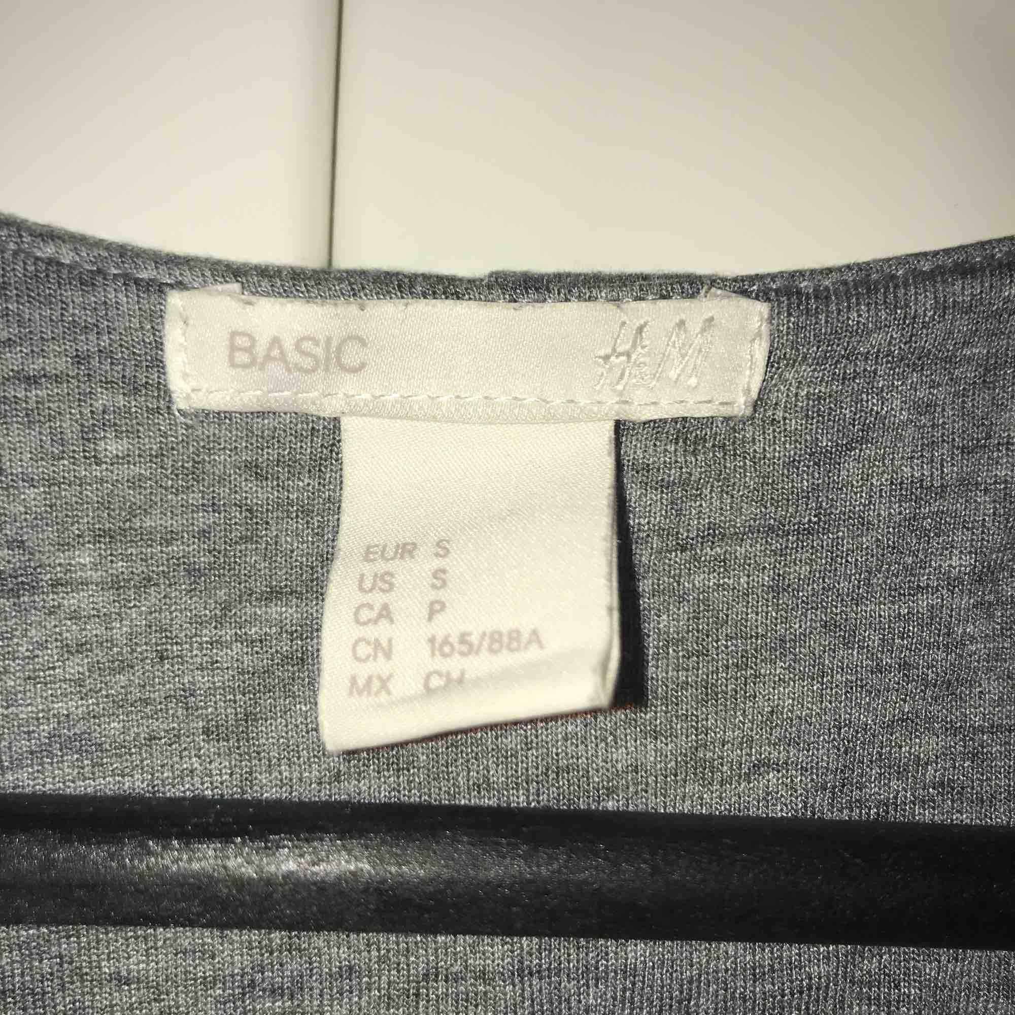 Grå kort klänning från H&M i stl. S i mycket bra skick. Klänningar.