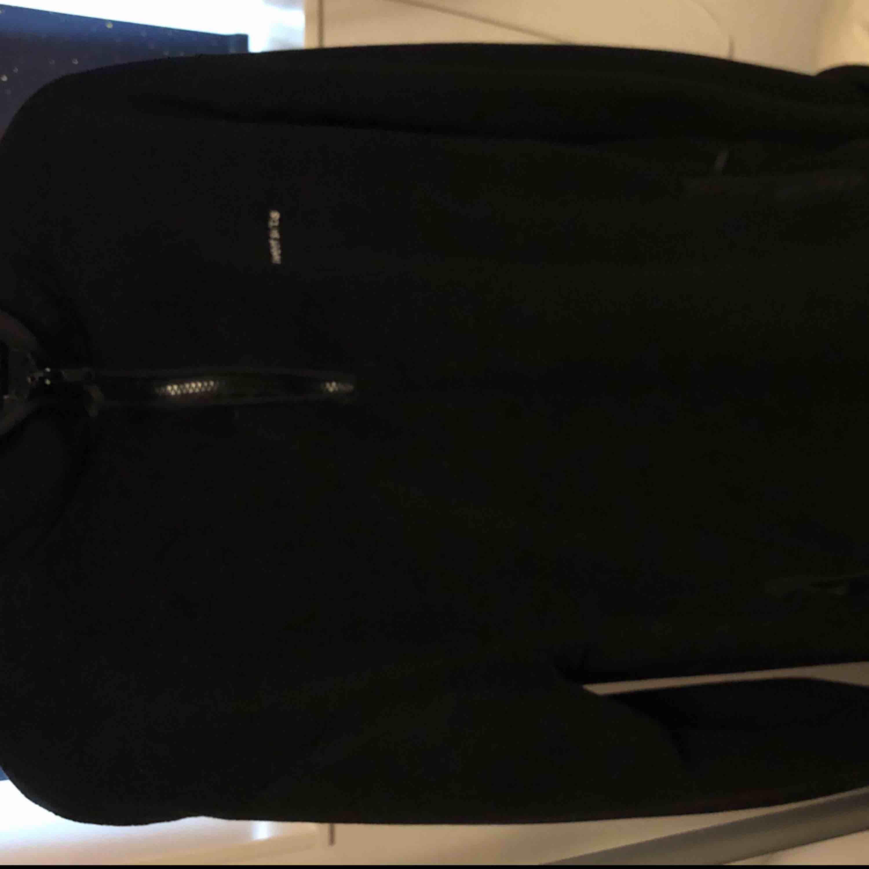 En oversized Sweet sktbs fleece i storlek Small som jag köpte på Junkyard och nästan aldrig har använt😌  Kan fraktas om det skulle behövas!. Huvtröjor & Träningströjor.