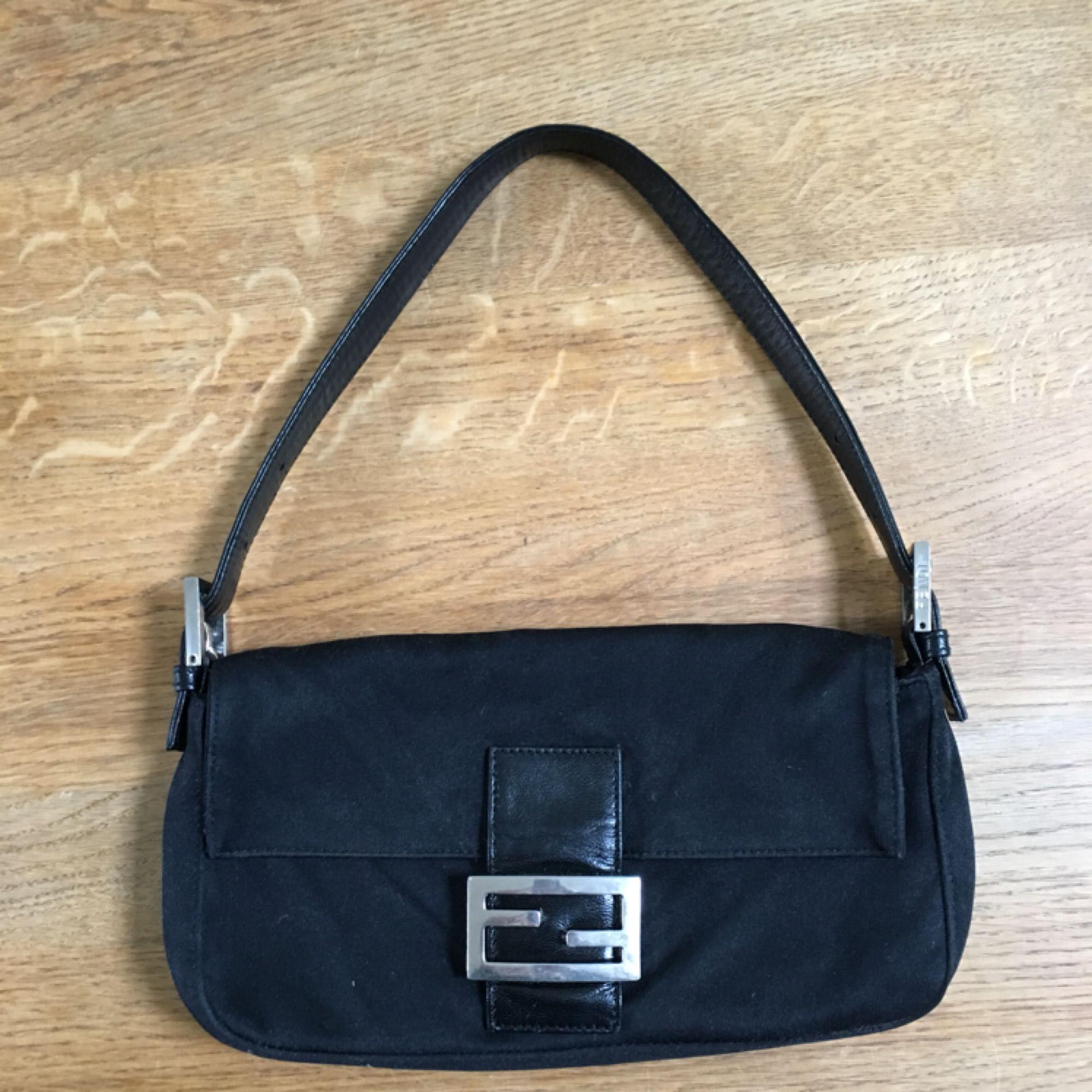 Säljer min fendi väska i modellen baguette bag. Inköpt second hand för 4500kr. Bättre bilder kan tas om det önskas. . Väskor.