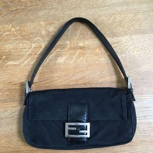 Säljer min fendi väska i modellen baguette bag. Inköpt second hand för 4500kr. Bättre bilder kan tas om det önskas.