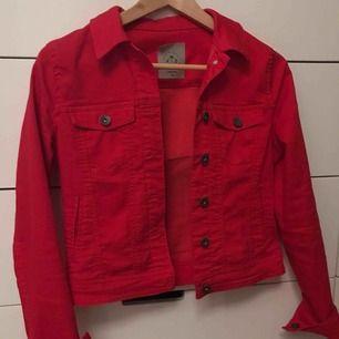 Super fin röd jeans jacka! Använd få tal gånger och köpt på vero Moda förra sommaren. Frakt tillkommer