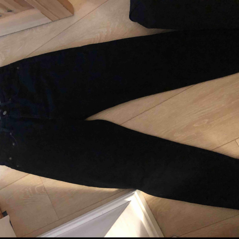 Ett par svarta jeans som jag beställde från Pull and bears hemsida som jag har använt 1 gång. Jättesnygga men har tyvärr inget intresse för dom längre😊  Kan fraktas om köparen betalar frakt!. Jeans & Byxor.