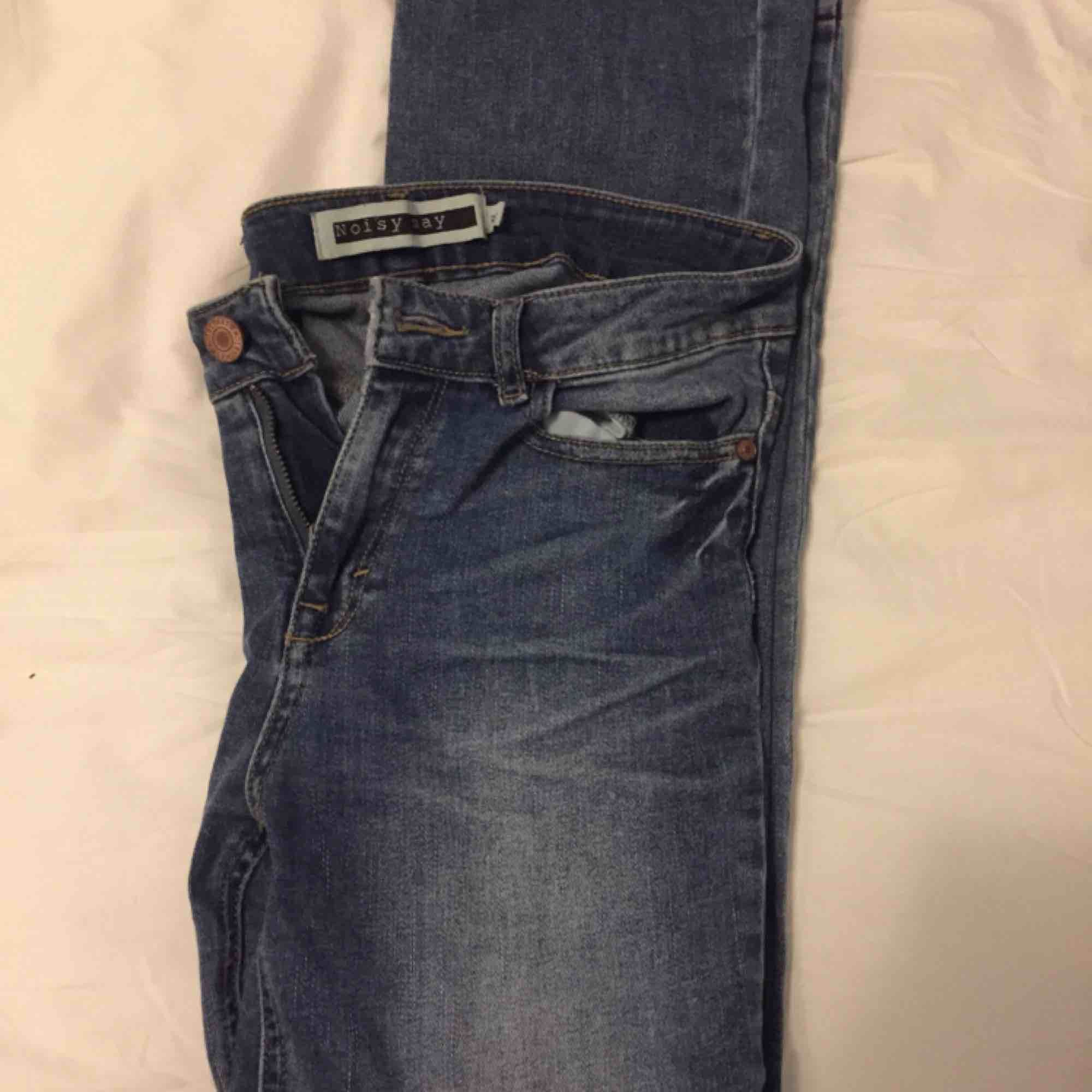 Bootcut jeans från Noisy May. Storlek 27 . Xs/S Bra skick, endast lite slitna i skärphållarna. 💙. Jeans & Byxor.