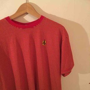 Röd o gul randig t-shirt. Det står att den e storlek XXL men den passar som L. Skönt material och i fint skick. Frakt ingår ej, kan mötas upp i sthlm