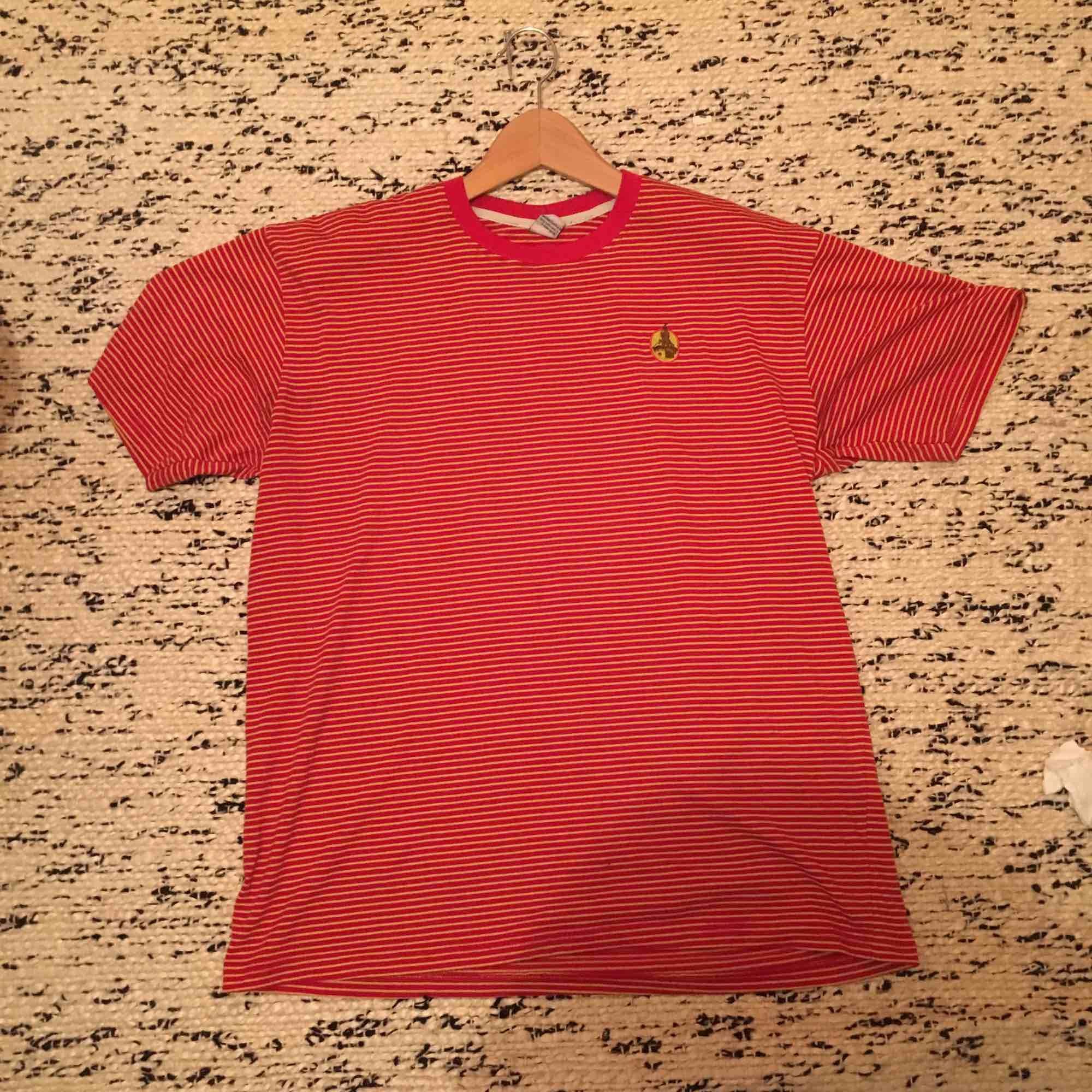 Röd o gul randig t-shirt. Det står att den e storlek XXL men den passar som L. Skönt material och i fint skick. Frakt ingår ej, kan mötas upp i sthlm. T-shirts.