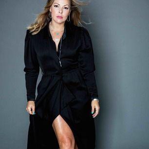 Svart lång kavaj/kappa från kenzo Jättefin med knappar i livet och sen öppen / omlott nertill Fickor
